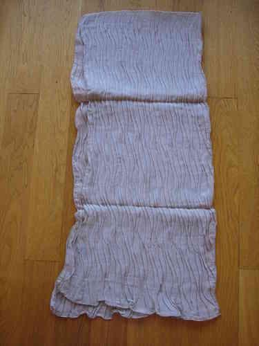 030eba81171 Echarpe en mousseline de soie plissée beige sable - soiedelyon.com